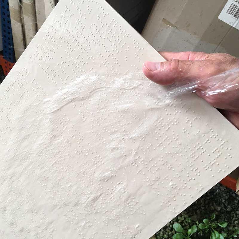 Carteleria braille en hormigón